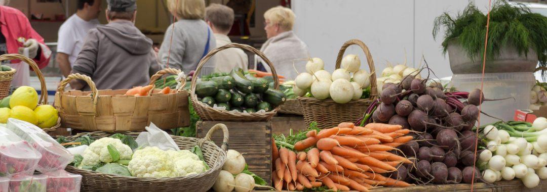 tori on tuoreita vihanneksia täynnä.